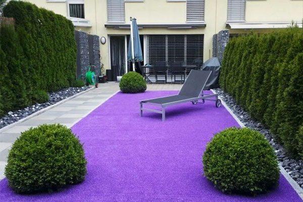 искусственный газон фиолетовый. декор у дома